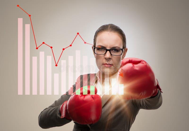 Affärskvinnan i konkurrensbegrepp med boxning arkivbild