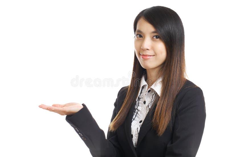 Affärskvinnan introducerar något royaltyfria bilder