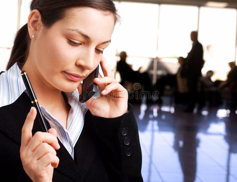 affärskvinnan kallar mobiltelefon royaltyfria foton