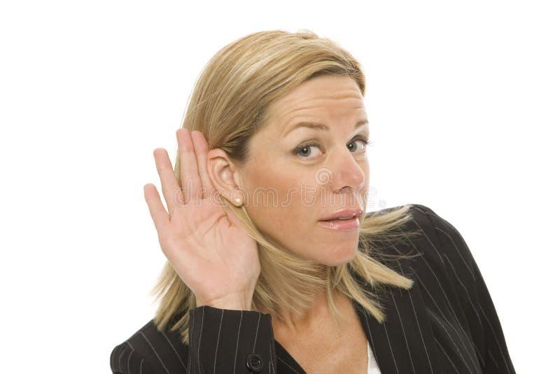 affärskvinnan lyssnar till tries arkivbild