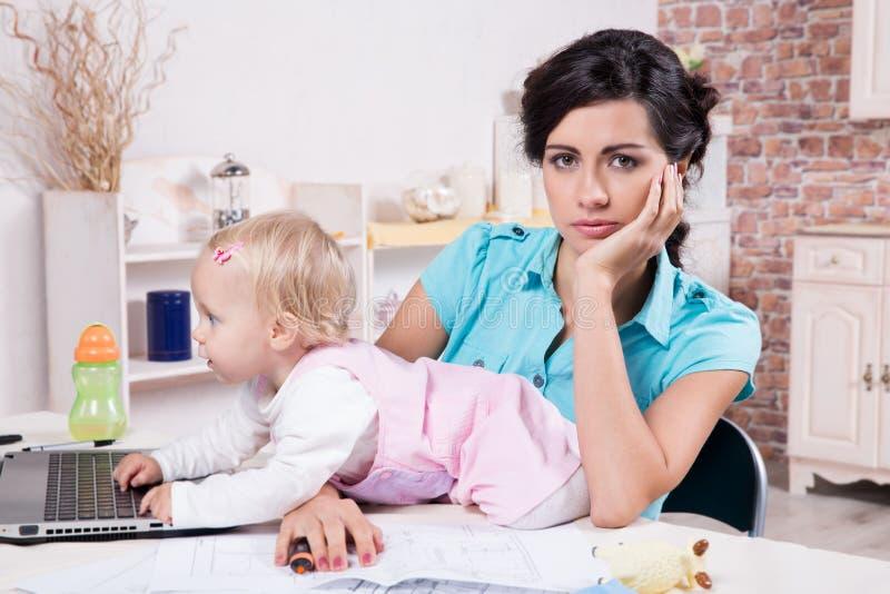 Affärskvinnan med bärbara datorn och hennes behandla som ett barn flickan fotografering för bildbyråer