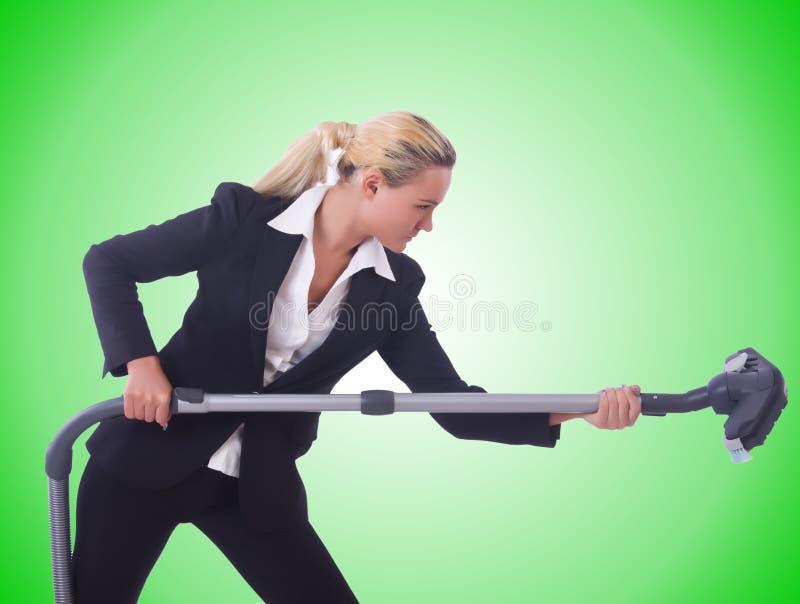 Affärskvinnan med dammsugare på vit arkivbild