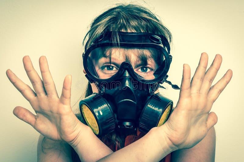 Affärskvinnan med gasmasken visar negativ gest royaltyfria bilder