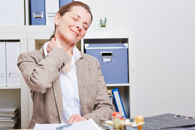 Affärskvinnan med hånglar smärtar arkivfoto