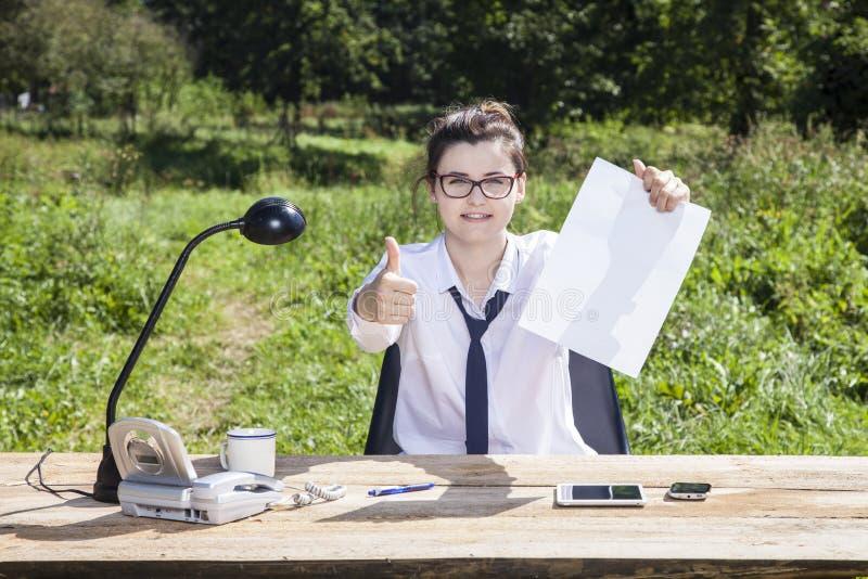 Affärskvinnan med tummar up och kopierar utrymme arkivbilder
