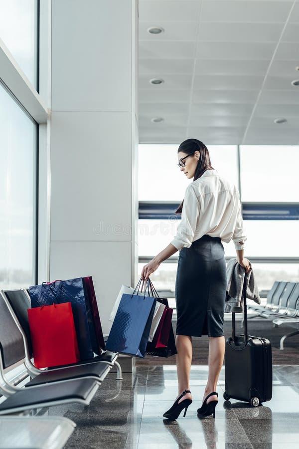 Affärskvinnan reser med bagage vid luft arkivfoton