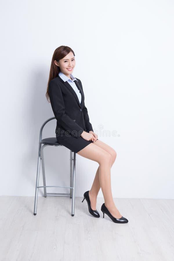 Affärskvinnan sitter royaltyfri foto