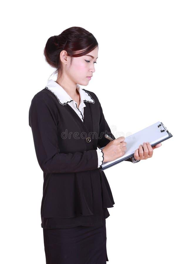 Affärskvinnan skriver information på skrivplattan som isoleras på vit royaltyfria bilder