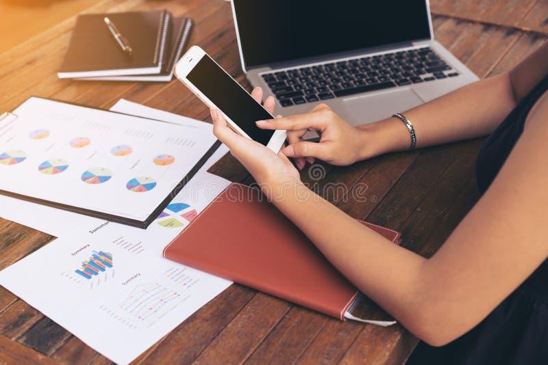 Affärskvinnan som använder mobil, ringer arkivfoton