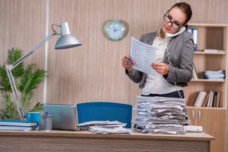 Affärskvinnan som arbetar i kontoret royaltyfria foton