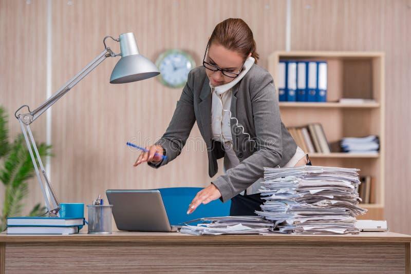 Affärskvinnan som arbetar i kontoret royaltyfri fotografi