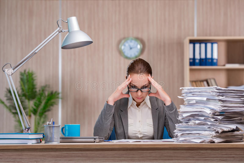 Affärskvinnan som arbetar i kontoret royaltyfri bild
