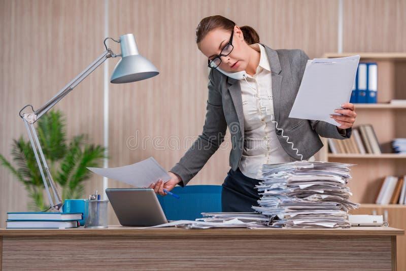 Affärskvinnan som arbetar i kontoret fotografering för bildbyråer