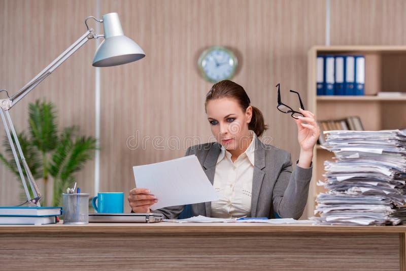 Affärskvinnan som arbetar i kontoret royaltyfri foto