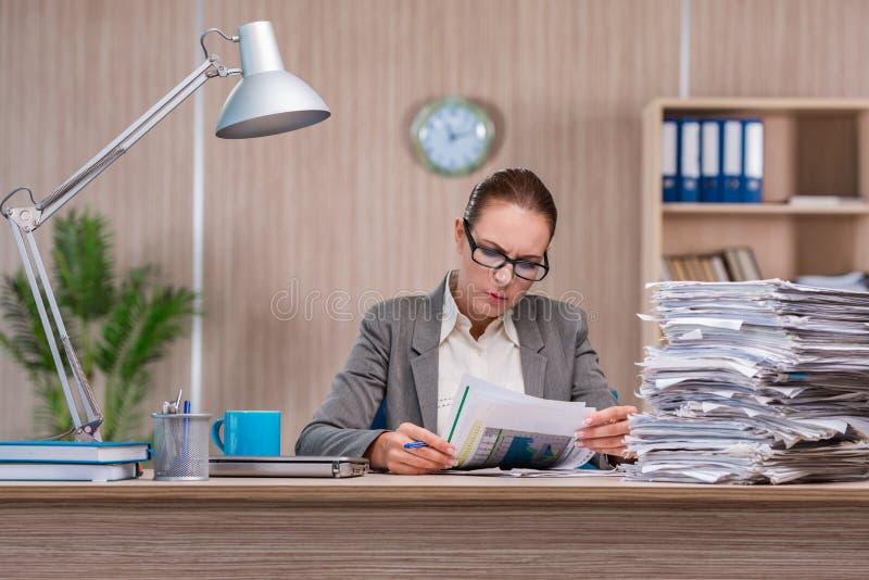 Affärskvinnan som arbetar i kontoret arkivbilder