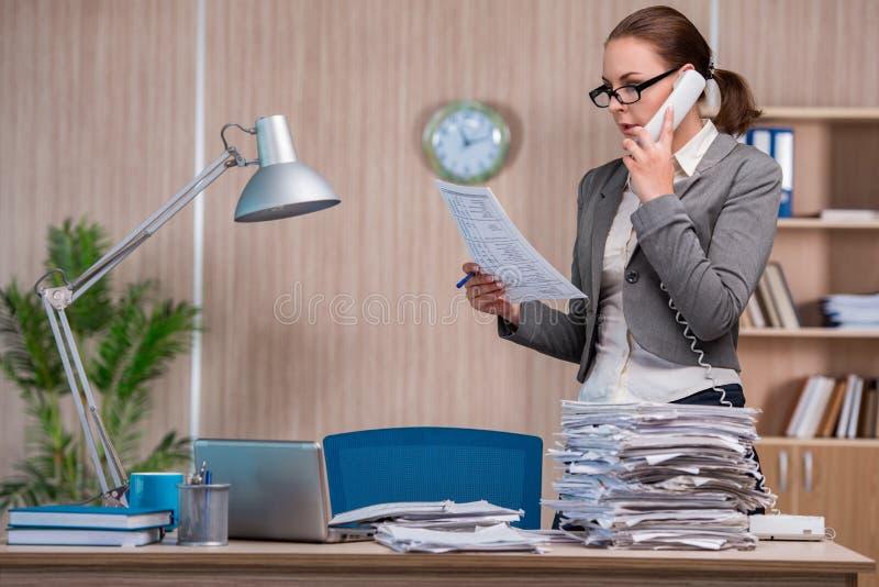 Affärskvinnan som arbetar i kontoret arkivbild