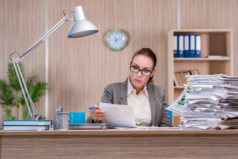 Affärskvinnan som arbetar i kontoret arkivfoton