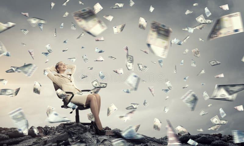 Affärskvinnan som den har, vilar i stol Blandat massmedia arkivfoton