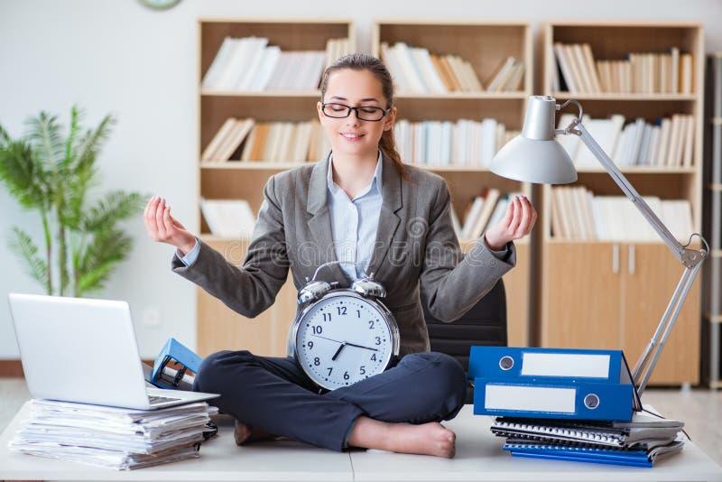 Affärskvinnan som mediterar i kontoret fotografering för bildbyråer