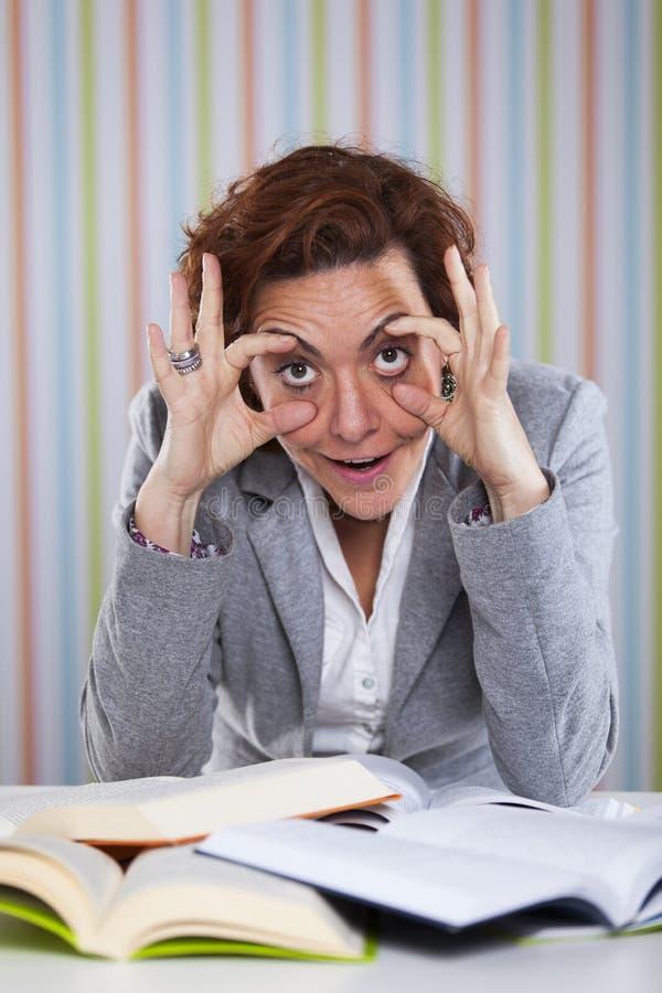 Affärskvinnan som rymmer henne ögon, öppnar royaltyfri fotografi