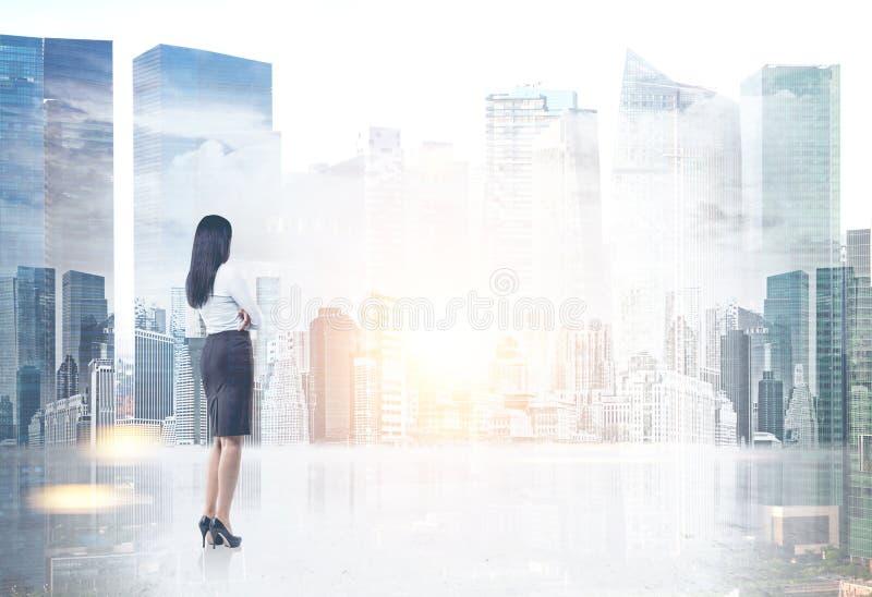 Affärskvinnan som ser cityscape, förlöjligar upp stock illustrationer