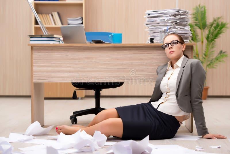 Affärskvinnan under spänning från för mycket arbete i kontoret arkivbilder