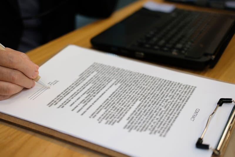 affärskvinnan undertecknar avtalet advokat med dokumentet på advokatbyrån arkivbilder