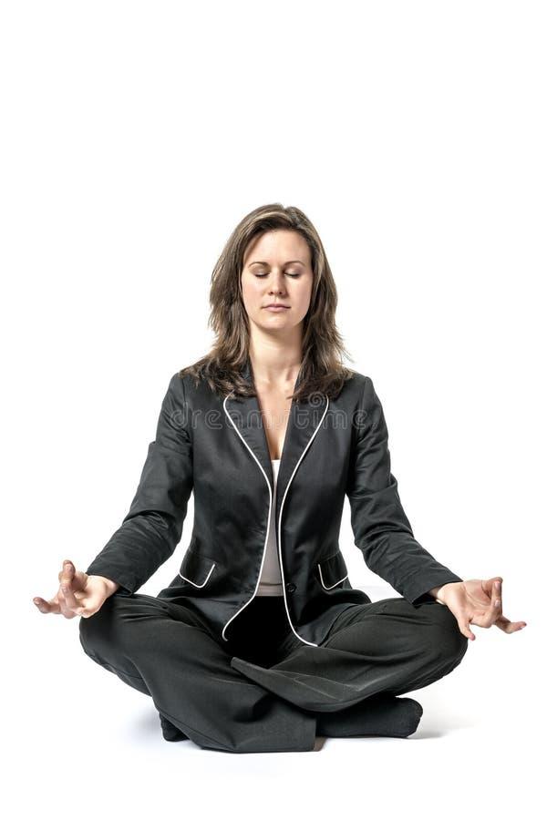 Affärskvinnan utför yoga royaltyfri fotografi
