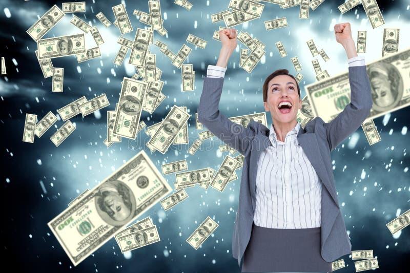 affärskvinnan uttrycker hennes glädje mot fallande pengarbakgrund fotografering för bildbyråer