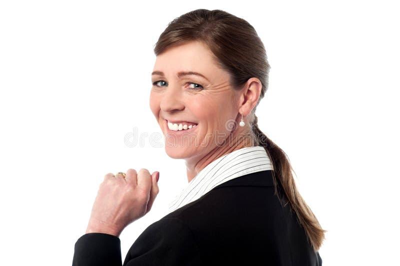 Affärskvinnan vänder tillbaka och ser över royaltyfri foto