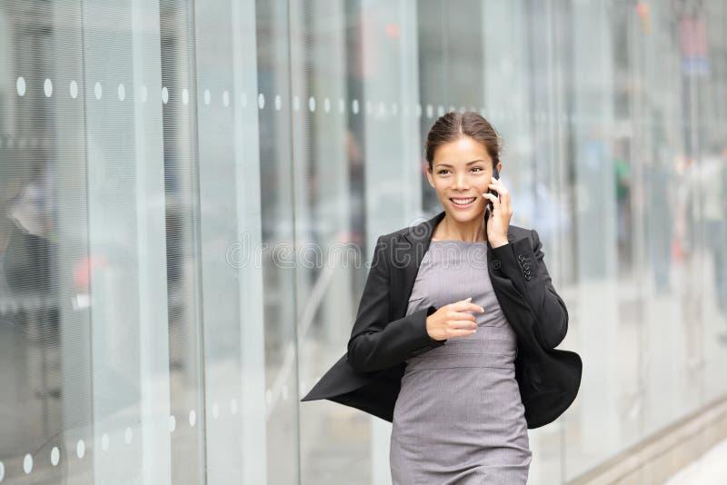Affärskvinnan vinkar in arkivfoto