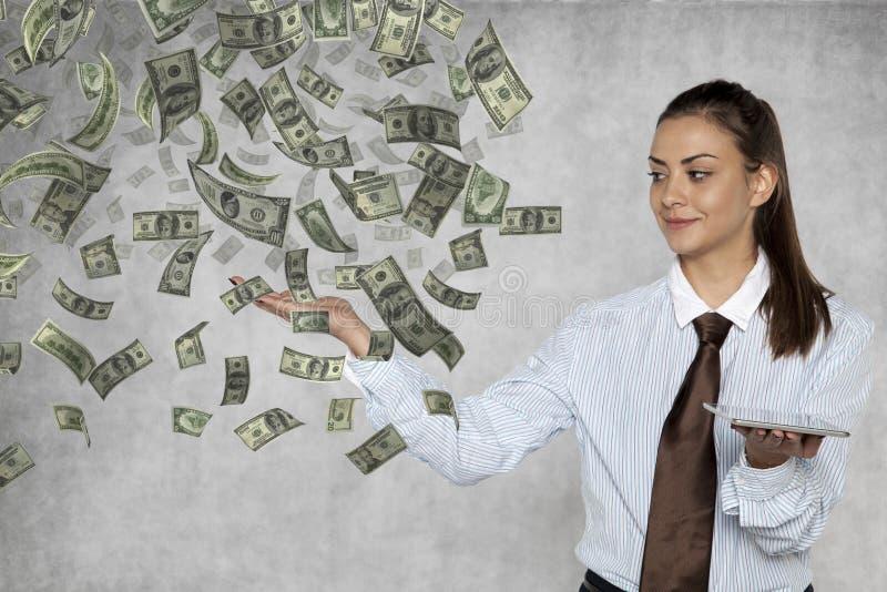 Affärskvinnan visar hur lätt det är att få rikt online- arkivfoto