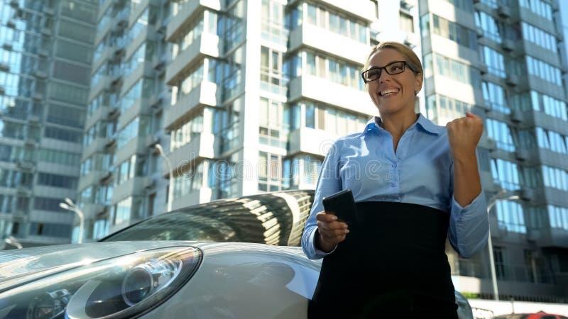 Affärskvinnan visar ja gest, lyckad karriär eller startgenombrott arkivbild