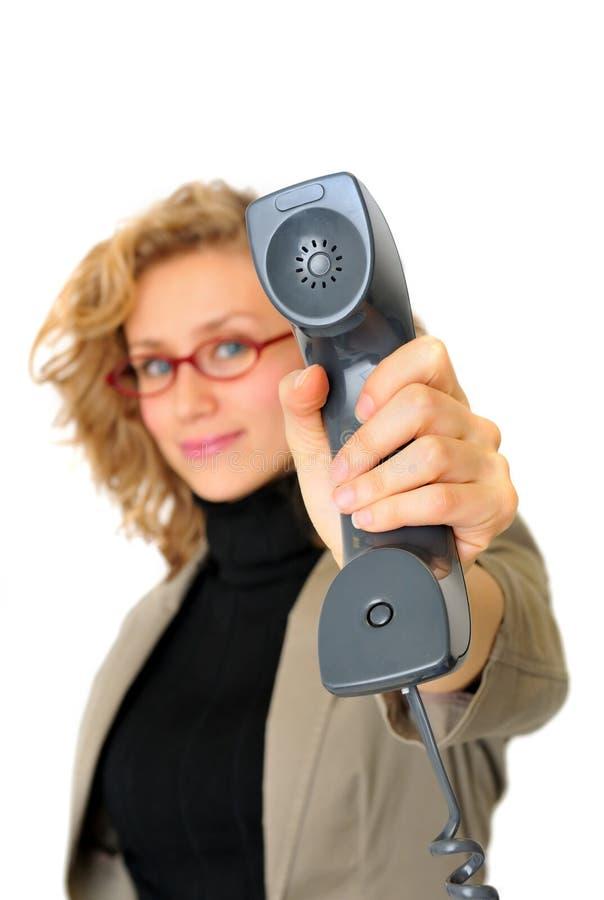 Affärskvinnan visar telefonen royaltyfri fotografi