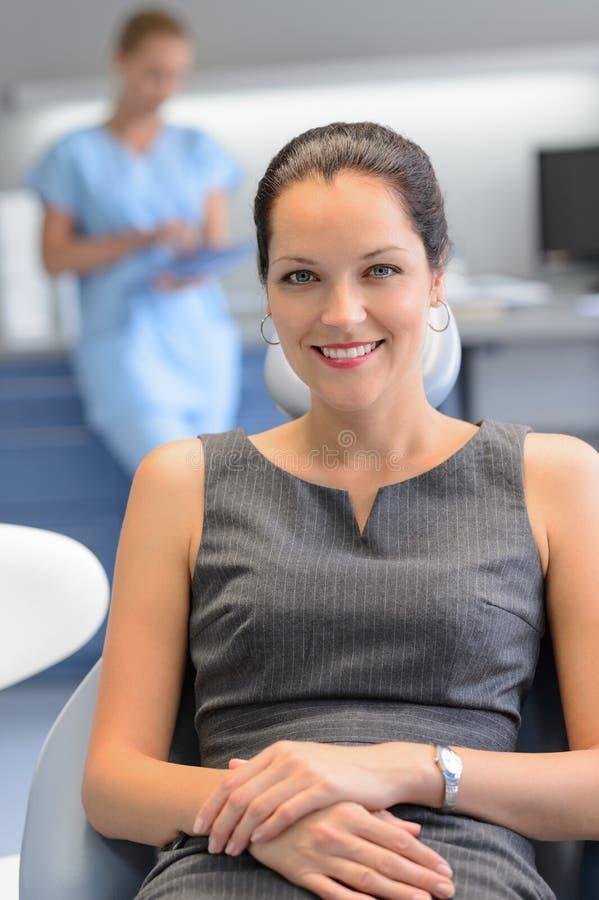 Affärskvinnapatient på undersökningen för tand- kirurgi arkivbild