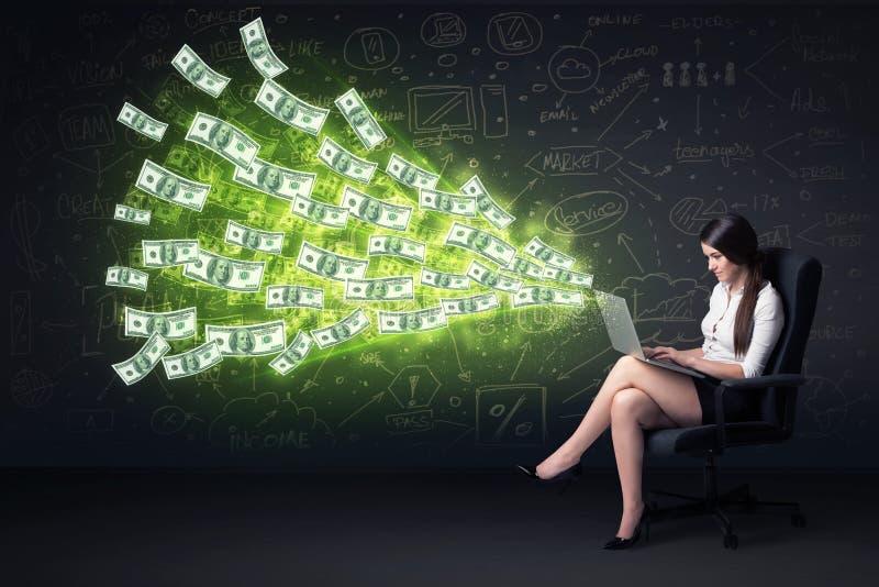 Affärskvinnasammanträde i hållande bärbar dator för stol med dollarräkningar arkivfoton