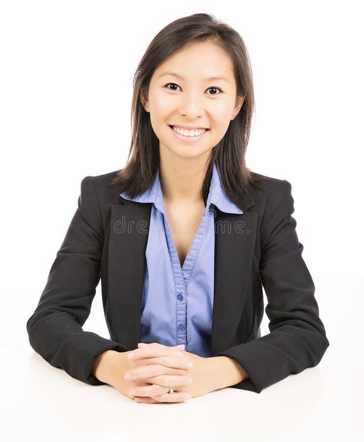 affärskvinnasammanträde på skrivbordet arkivfoton