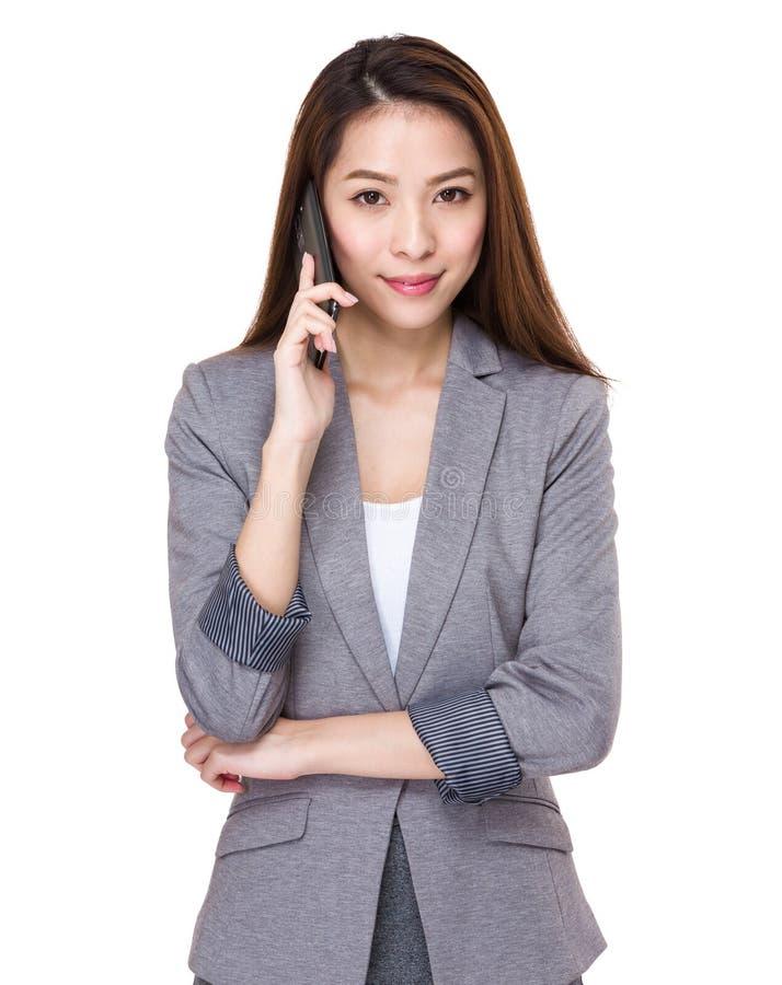 Affärskvinnasamtal till mobiltelefonen fotografering för bildbyråer