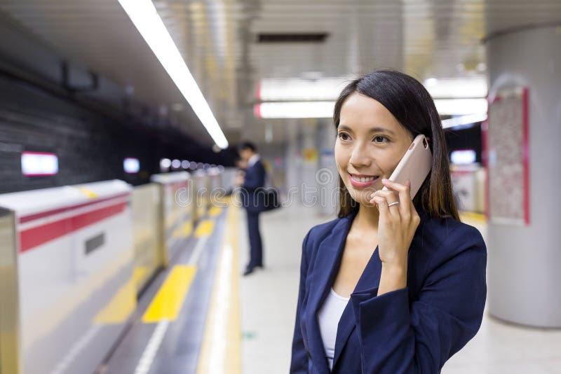 Affärskvinnasamtal till mobiltelefonen royaltyfri fotografi
