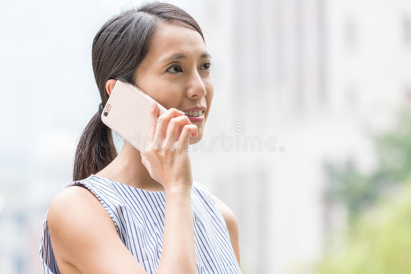 Affärskvinnasamtal till mobiltelefonen arkivfoto