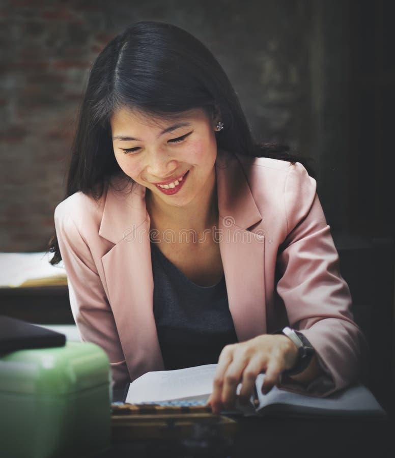 AffärskvinnasekreterareReading Book Story begrepp arkivfoton