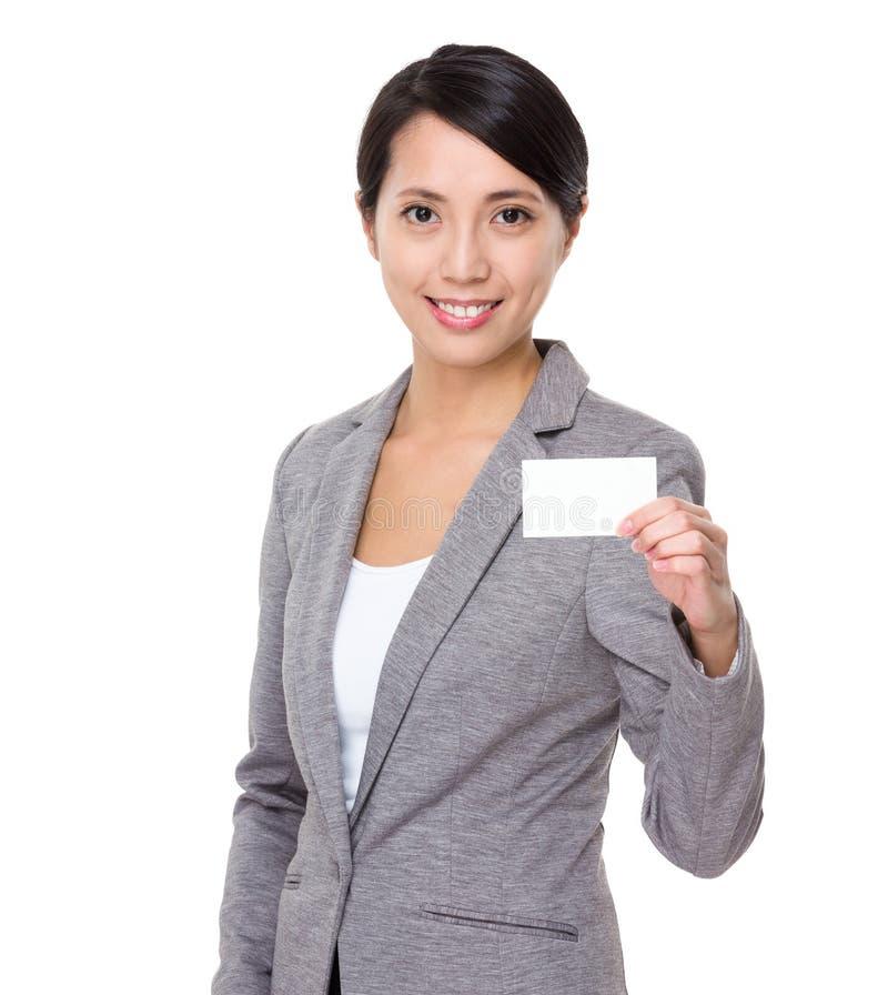 Affärskvinnashow med businesscard arkivbilder