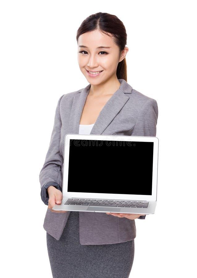Affärskvinnashow med den tomma skärmen av bärbara datorn royaltyfria foton