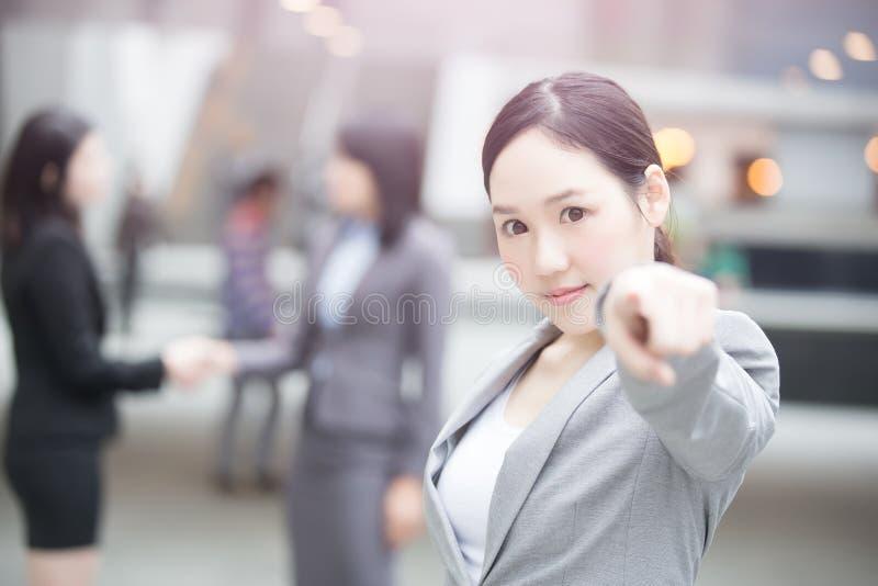 Affärskvinnashow något till dig arkivfoton