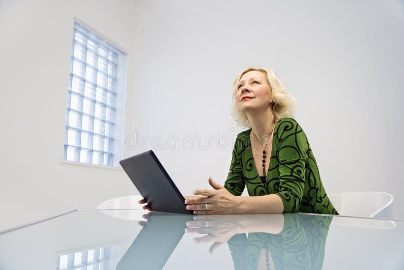 affärskvinnaskrivbord fotografering för bildbyråer