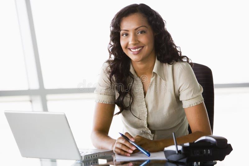 affärskvinnaskrivbordworking arkivbild