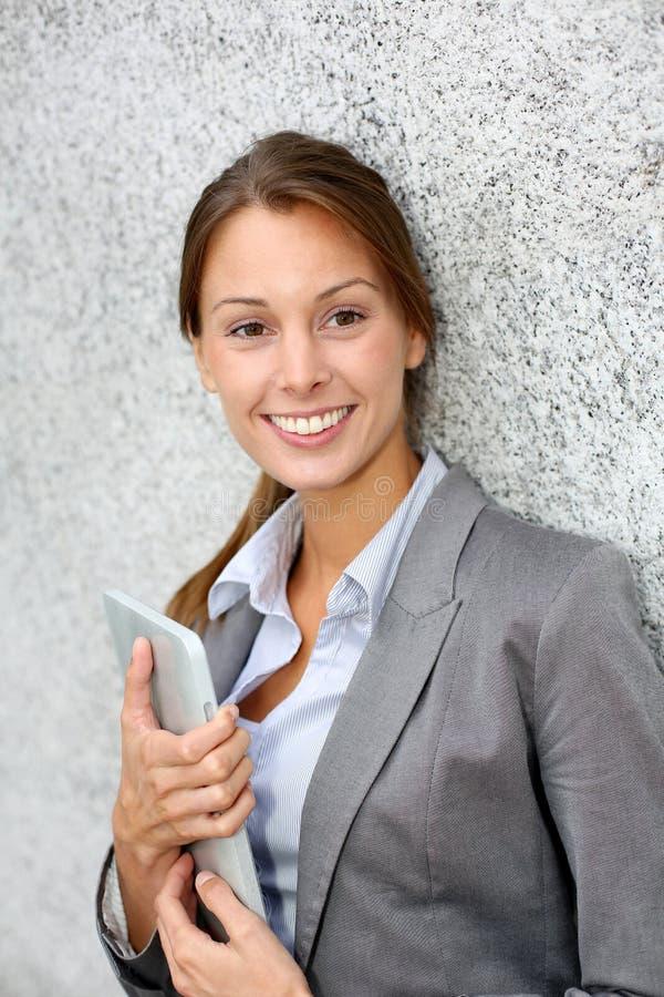 Affärskvinnastående arkivbild