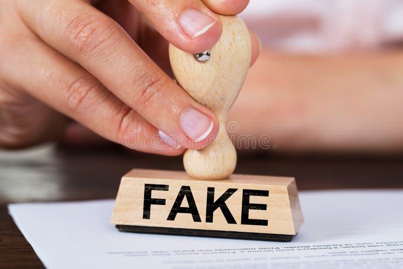 AffärskvinnaStamping Fake Rubber stämpel på dokument royaltyfri foto