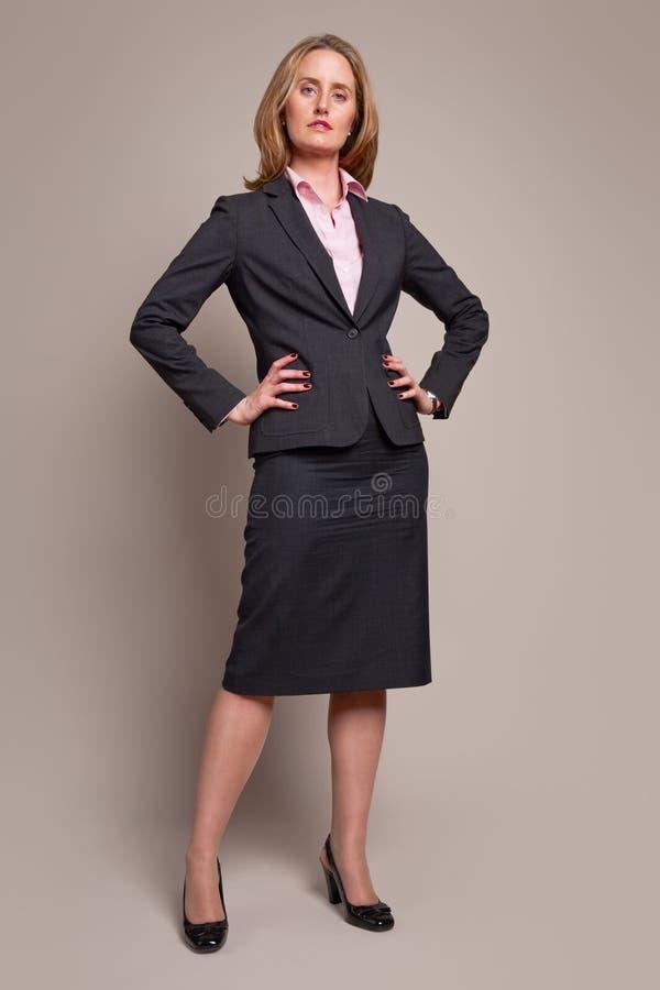 affärskvinnastanding arkivbild