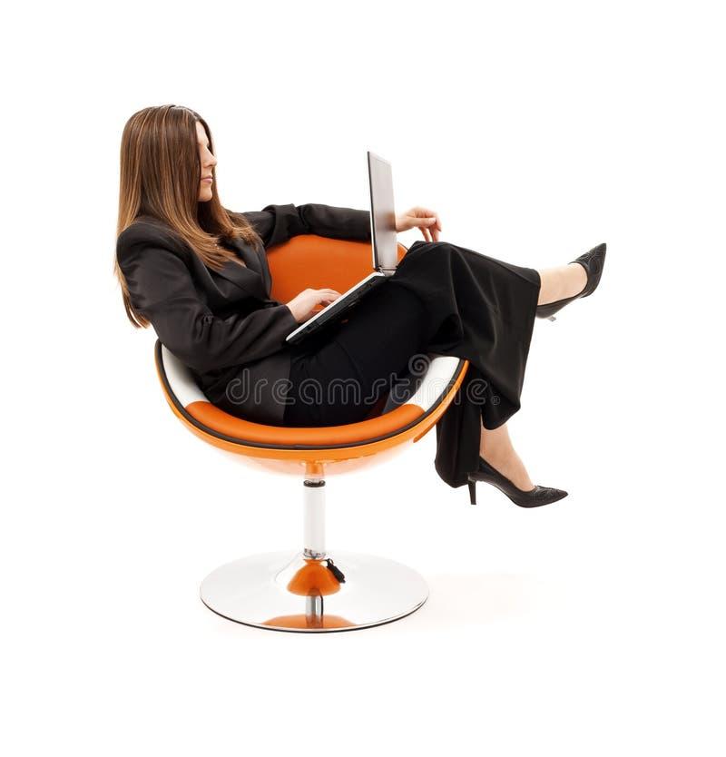 affärskvinnastolsbärbar dator arkivfoton